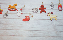 Kerstmisornamenten en slingerlichten op houten witte backgroun Royalty-vrije Stock Fotografie