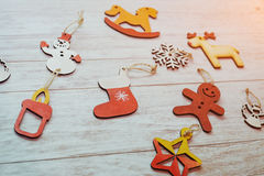 Kerstmisornamenten en slingerlichten op houten witte backgroun Royalty-vrije Stock Foto's