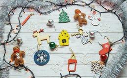 Kerstmisornamenten en slingerlichten op houten witte backgroun Royalty-vrije Stock Foto