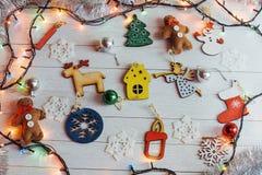 Kerstmisornamenten en slingerlichten op houten witte backgroun Royalty-vrije Stock Afbeeldingen