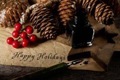 Kerstmisornamenten en tekst gelukkige vakantie royalty-vrije stock afbeelding