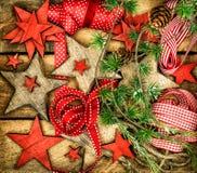 Kerstmisornamenten, houten sterren, de rode linten en bustehouder van de pijnboomboom Stock Foto
