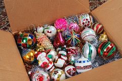 Kerstmisornamenten in kartondoos. Stock Afbeelding
