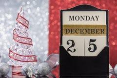 Kerstmisornamenten met houten kalender Stock Foto's