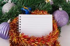 Kerstmisornamenten met Notitieboekje Royalty-vrije Stock Afbeeldingen