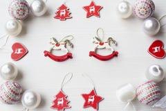 Kerstmisornamenten op achtergrond Stock Afbeeldingen