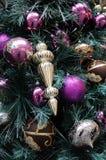 Kerstmisornamenten op boom Stock Afbeelding