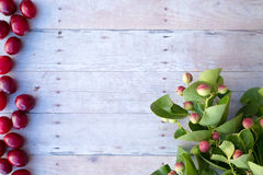 Kerstmisornamenten op een houten achtergrond Royalty-vrije Stock Foto's