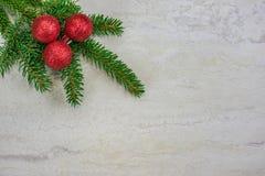 Kerstmisornamenten op een nette boeg met exemplaarruimte stock foto