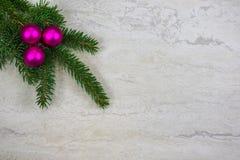 Kerstmisornamenten op een nette boeg met exemplaarruimte royalty-vrije stock foto