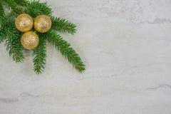 Kerstmisornamenten op een nette boeg met exemplaarruimte stock foto's