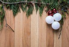 Kerstmisornamenten op harde houten achtergrond met groen hoogste kader Stock Foto's