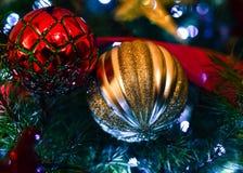 Kerstmisornamenten op Kerstboom Royalty-vrije Stock Foto's