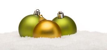 Kerstmisornamenten op Sneeuw op Wit wordt geïsoleerd dat Royalty-vrije Stock Foto