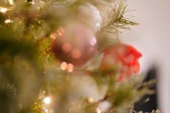 Kerstmisornamenten van Unfocused van de kerstboomdecoratie royalty-vrije stock fotografie