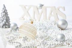 Kerstmisornamenten in wit Stock Afbeelding