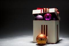 Kerstmispakket met het ewening van ballen en decoratieve band Royalty-vrije Stock Fotografie