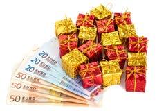 Kerstmispakketten met euro Stock Afbeeldingen