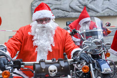 Kerstmisparade van Santa Clauses die een motorfiets drijven stock fotografie