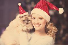 Kerstmispartij, de vrouw van de de wintervakantie met kat Het meisje van het nieuwjaar stock afbeeldingen