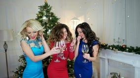 Kerstmispartij, meisjes die wijn drinken, die hebbend pret, groep die mensen die het Nieuwjaar vieren, bij lachen dansen stock footage