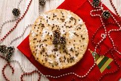 Kerstmispastei met hulsttakje en ballen wordt verfraaid in feestelijke reeks die Royalty-vrije Stock Afbeeldingen