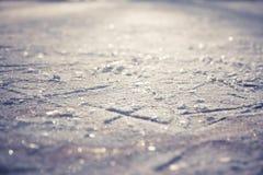 Kerstmispatroon van kunstschaatsen op glanzende ijs het schaatsen piste met sneeuwvlokken als Kerstmisachtergrond Royalty-vrije Stock Fotografie