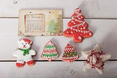 Kerstmispeperkoek geschilderd suikerglazuur en uitstekend met de hand gemaakt speelgoed Royalty-vrije Stock Afbeelding