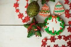 Kerstmispeperkoek geschilderd suikerglazuur en uitstekend met de hand gemaakt speelgoed Royalty-vrije Stock Afbeeldingen