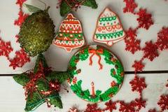 Kerstmispeperkoek geschilderd suikerglazuur en uitstekend met de hand gemaakt speelgoed Stock Fotografie