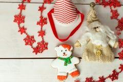 Kerstmispeperkoek geschilderd suikerglazuur en uitstekend met de hand gemaakt speelgoed Stock Afbeelding