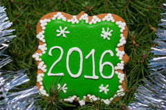 Kerstmispeperkoek 2016 over Kerstmisboom met klatergoud Royalty-vrije Stock Afbeeldingen
