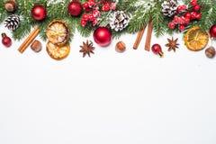 Kerstmispeperkoek, sneeuwspar en decoratie Royalty-vrije Stock Afbeelding