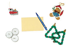 Kerstmispeperkoek, trein, bomen en kaarsen met groetca Stock Fotografie