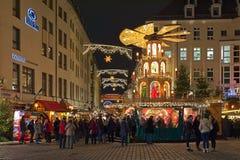 Kerstmispiramide bij de Frauenkirche-Kerstmismarkt in Dresden, Duitsland stock afbeeldingen