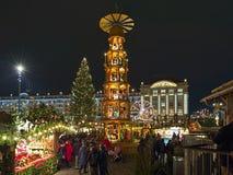 Kerstmispiramide bij Kerstmismarkt in Dresden, Duitsland stock fotografie