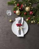 Kerstmisplaats die met vork en messen, glas, lint en Kerstmisdecoratie plaatsen stock afbeeldingen