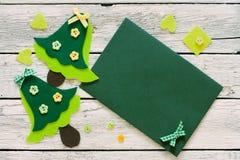 Kerstmisplakboek met Kerstbomen en envelop wordt geplaatst die Stock Afbeelding