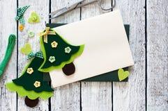 Kerstmisplakboek met Kerstbomen en envelop wordt geplaatst die Royalty-vrije Stock Afbeelding