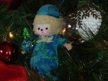 Kerstmispop en decor in tree2 Stock Fotografie