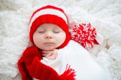 Kerstmisportret die van leuk weinig pasgeboren babyjongen, sant dragen stock foto