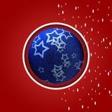 Kerstmisprentbriefkaar met blauwe Kerstmisbal Royalty-vrije Stock Afbeelding