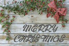 Kerstmisprentbriefkaar voor groeten Metaalbrieven op natuurlijke houten achtergrond Rood, gouden en wit Kerstmisbehang stock foto's