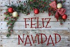 Kerstmisprentbriefkaar voor groeten Metaalbrieven op natuurlijke houten achtergrond Rood, gouden en wit Kerstmisbehang stock foto