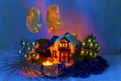 Kerstmisregeling met ceramische cabine, kaarsen, wijnglazen en Kerstmisdecoratie. Stock Fotografie