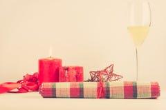 Kerstmisregeling met rode kaars Stock Afbeelding