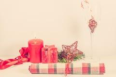 Kerstmisregeling met rode kaars Stock Fotografie