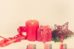 Kerstmisregeling met rode kaars Royalty-vrije Stock Foto's