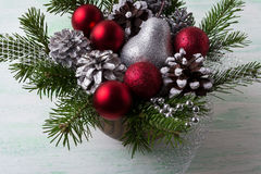 Kerstmisregeling met rode snuisterijen en verfraaide denneappels Royalty-vrije Stock Foto's