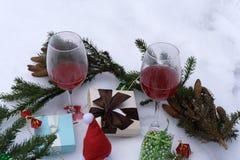 Kerstmisregeling van takken van bomen, suikergoed in rode strook, gouden eikels, klatergoud, decoratieve rode bessen op donkere h Stock Afbeeldingen